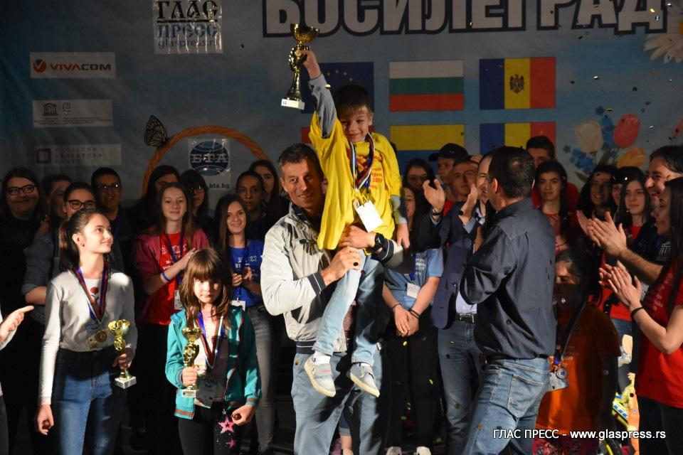Финален етап от състезанието по чупене на яйца на ХХVI-ти Международен детски Великденски фестивал – Босилеград 2019 (ВИДЕО ГЛАСПРЕСС)